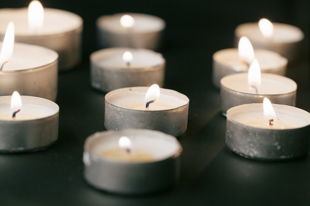 Kaarsen branden 's nachts, witte kaarsen branden in het donker