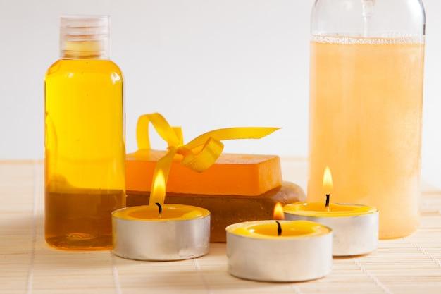 Kaarsen, douchegel, zeep en aromatische olie voor het lichaam