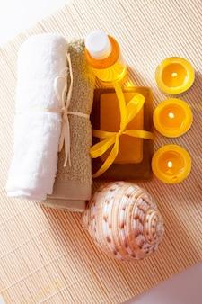 Kaarsen, douchegel, zeep en handdoeken - items voor spa