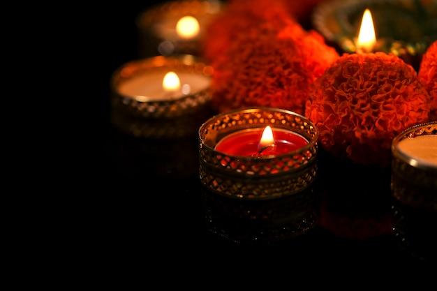 Kaarsen en goudsbloembloemen in het donker