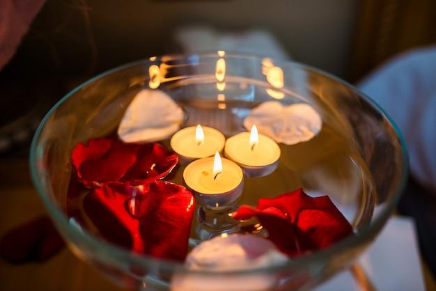 Kaarsen en rozenblaadjes