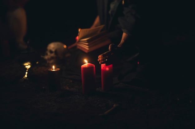 Kaarsen en schedel in de donkere nacht van halloween
