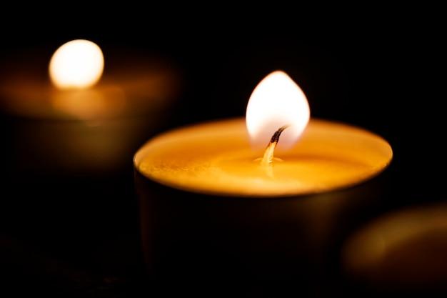 Kaarsen gloeien in het donker