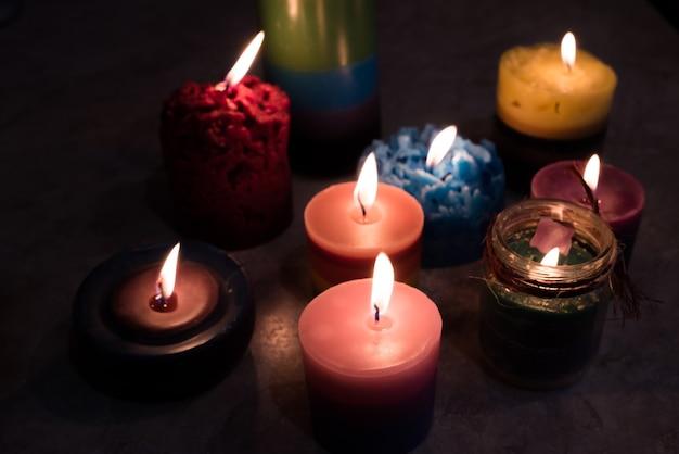Kaarsen handgemaakt branden in het donker