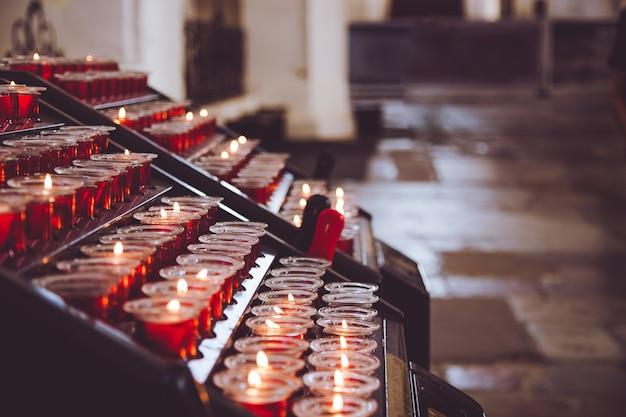 Kaarsen in de kerk.