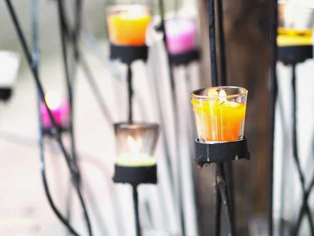 Kaarsen in glazen op zwarte metalen standaard