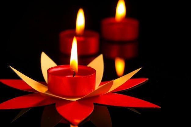 Kaarsen in het donker