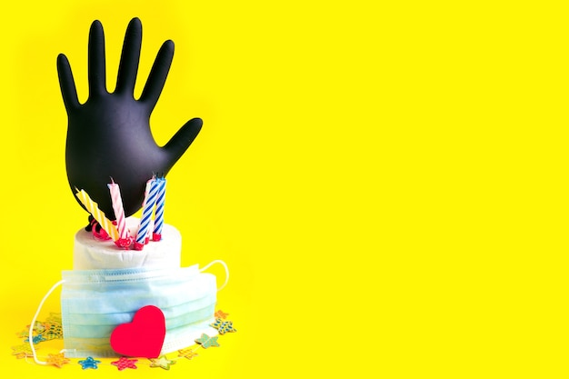 Kaarsen in rol wc-papier als verjaardagstaart