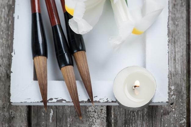 Kaarsen, irissen en chinese schrijfpenseelpennen