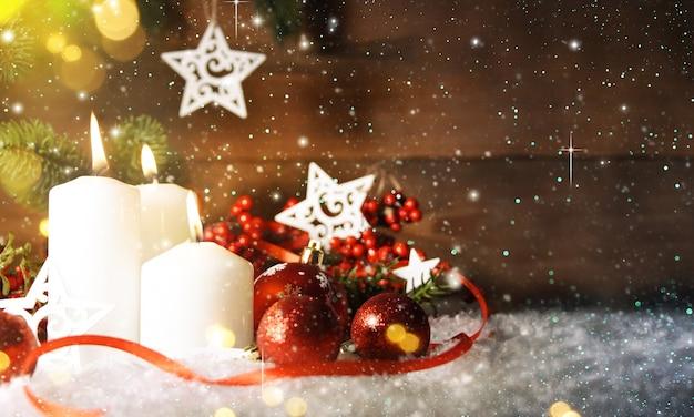 Kaarsen met kerstversiering