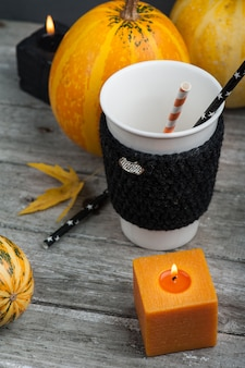 Kaarsen, mok, pompoen en herfst home decor