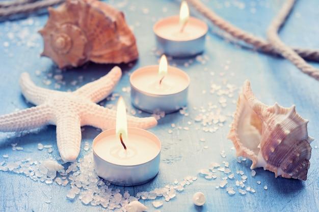 Kaarsen, schelpen en zeesterren