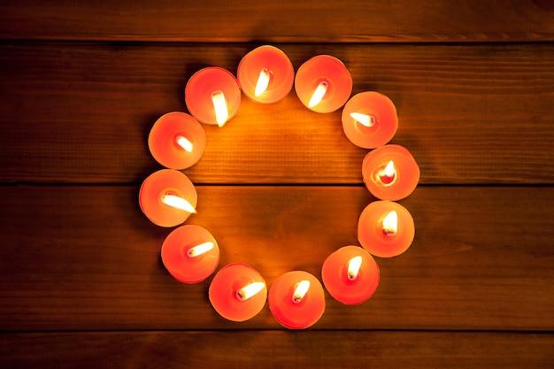Kaarsen vormen op warm goud hout