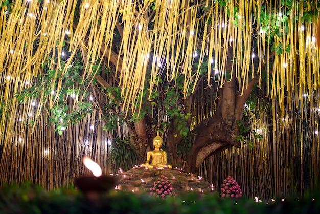 Kaarslicht met boeddhabeeld in wat pan tao