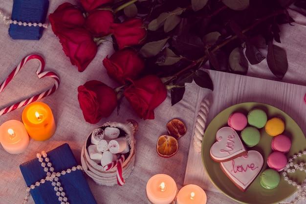 Kaarslichtdiner met rode rozen en geschenken