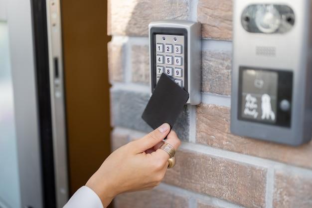 Kaart bevestigen aan de elektronische lezer om toegang te krijgen tot het kantoor of appartement, close-up. kaartinvoer, persoonlijke identificatie, sleutelloze toegang, modern technologieconcept