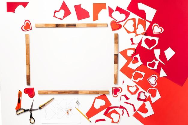 Kaart, eigengemaakt. valentijnsdag. origami, karton, schaar, potlood. rood, roze, oranje. hart.