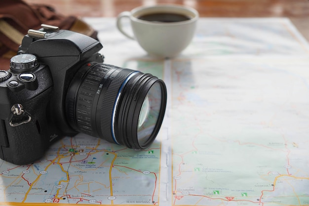 Kaart en camera met reisplanningideeën