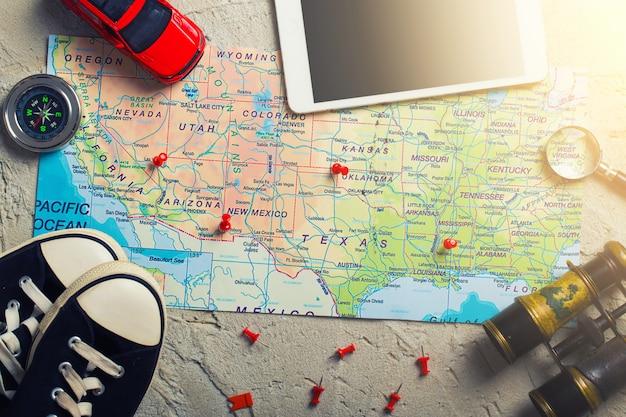 Kaart met punten en kompas en reisuitrusting