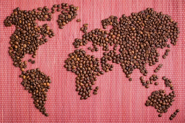 Kaart van de wereld gemaakt van gebrande koffiebonen