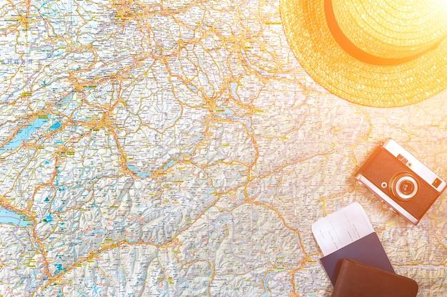 Kaart van wegen met een vintage camera, paspoort, zonnebril. uitzicht van boven. het concept van reizen. ruimte kopiëren. plat leggen. zonnevlam