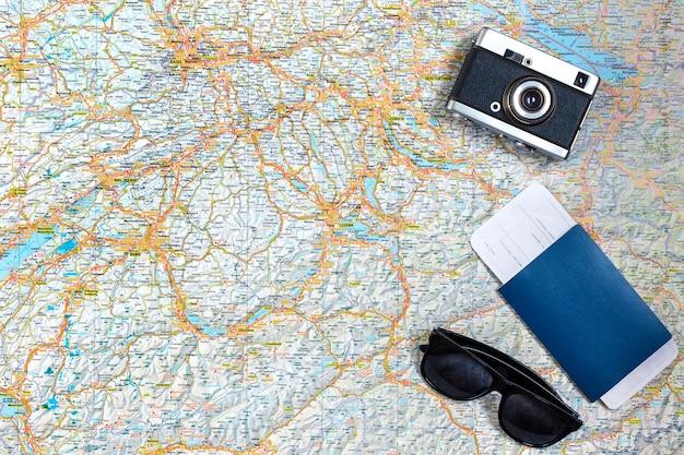 Kaart van wegen met een vintage camera, paspoort, zonnebril. uitzicht van boven. het concept van reizen. ruimte kopiëren. plat leggen