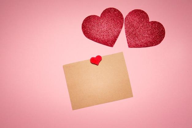 Kaart voor tekst en harten valentijnskaart op roze achtergrond