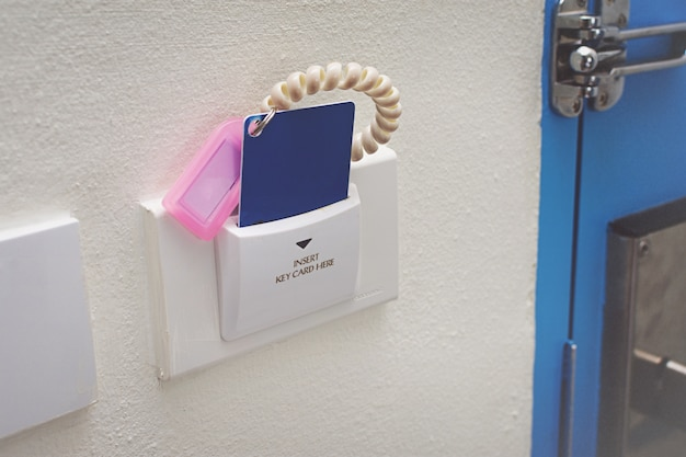 Kaart voor toegangscontrole deur scannen sleutelkaart om de deur te vergrendelen en te ontgrendelen.