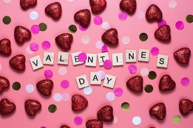 Kaart voor valentijnsdag. op een roze houten letters bekleed met liefde.