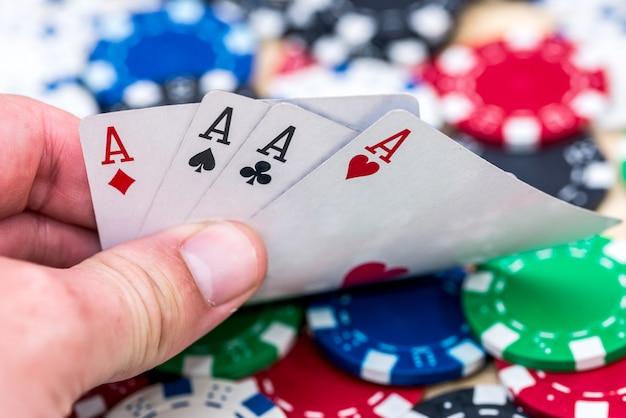 Kaartcombinatie van azen over casinofiches