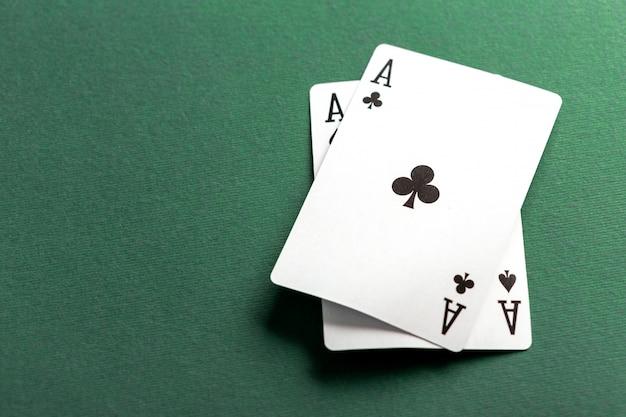 Kaarten en chips voor poker op groene tafel
