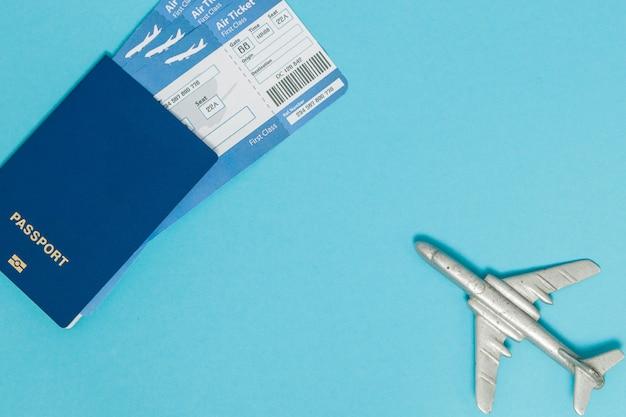 Kaartjes voor vliegtuig en paspoort met vliegtuigmodel