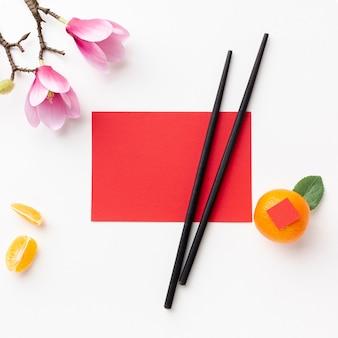 Kaartmodel en eetstokjes chinees nieuw jaar