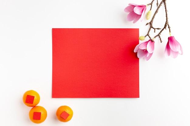 Kaartmodel en mandarijnen nieuw chinees jaar