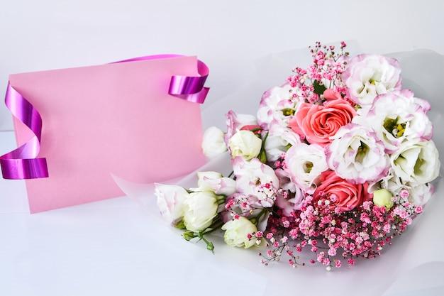 Kaartmodel met delicaat boeket. florale achtergrond. bovenaanzicht plat lag kerstkaart 8 maart, happy valentine's day, moederdag concept. kopieer ruimte voor tekst. vakantie wenskaart