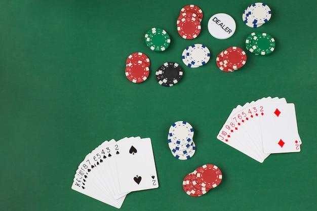Kaartspellen spelen, chips spelen en dealer-chip