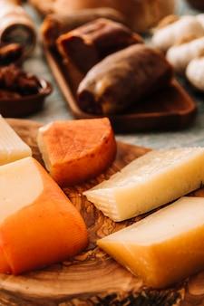 Kaas dichtbij geassorteerd voedsel