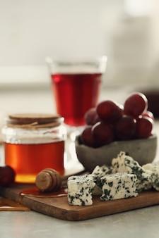 Kaas, druiven en honing
