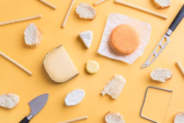 Kaas en brood voor een snack bovenaanzicht