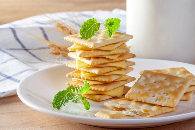 Kaas en crackers met verse melk