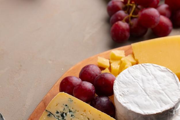 Kaas en druiven op plaat close-up