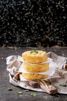 Kaas- en uienkoteletten voor het maken van veganistische hamburger