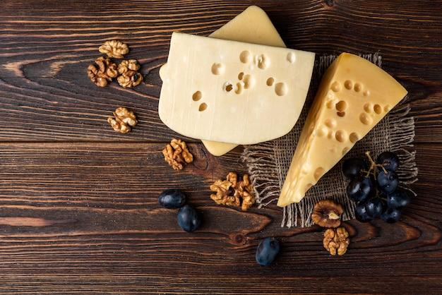 Kaas en walnoot op tafel