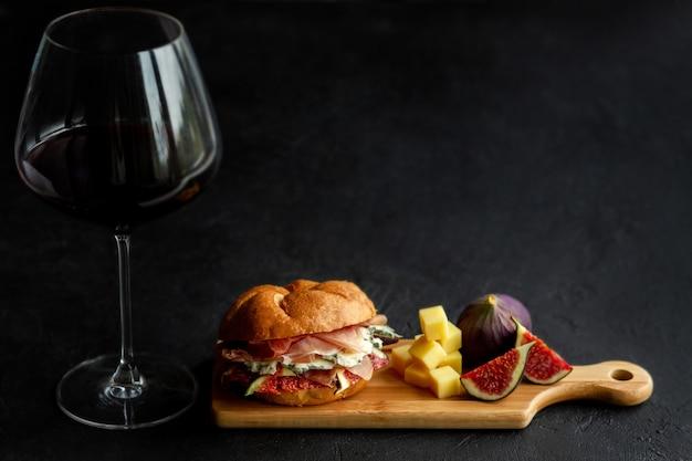 Kaas en wijn. diverse soorten kaas met wijn, vijgen en broodjes