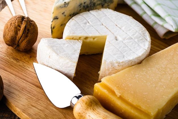 Kaas en wijn geserveerd op oude houten tafel