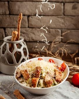 Kaas het gieten op caezar salade zijaanzicht