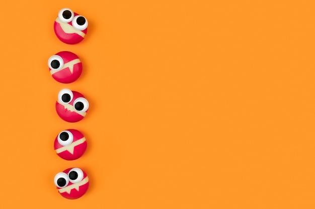 Kaas in de vorm van kleine monsters met ogen