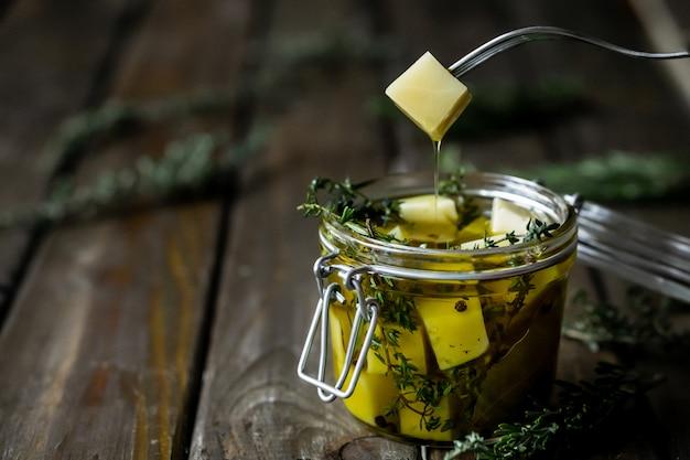 Kaas in olijfolie met aromatische kruiden (tijm en rozemarijn).
