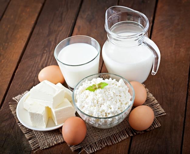 Kaas, melk en veenbessen op een houten tafel in een rustieke stijl