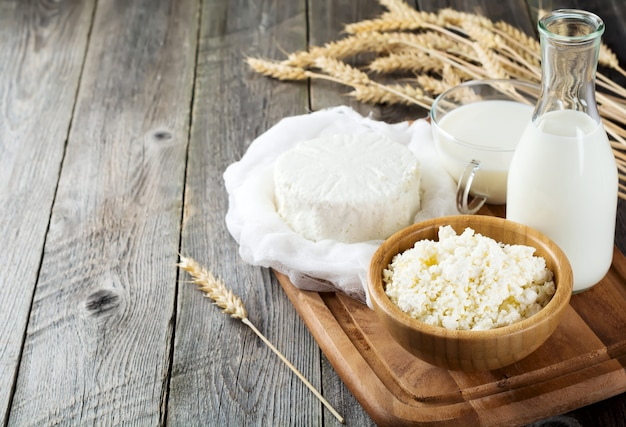 Kaas, melk, kwark en tarwe op oude houten